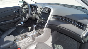 The cockpit, centre console and the dashboard with high-quality plastics and fake-wood create a nice and solid appearance.