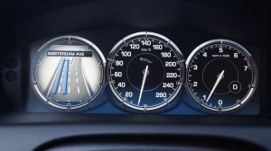 The instrument panel with conventional look is a configurable TFT screen.