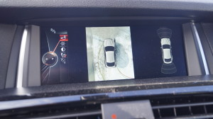 The surround camera systems with the vehicle pictogram gives the impression of a satellite image.