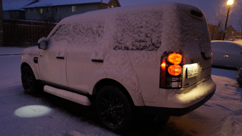 This much snow is not an impediment at all for the LR4 with its light signature on the icy surface.
