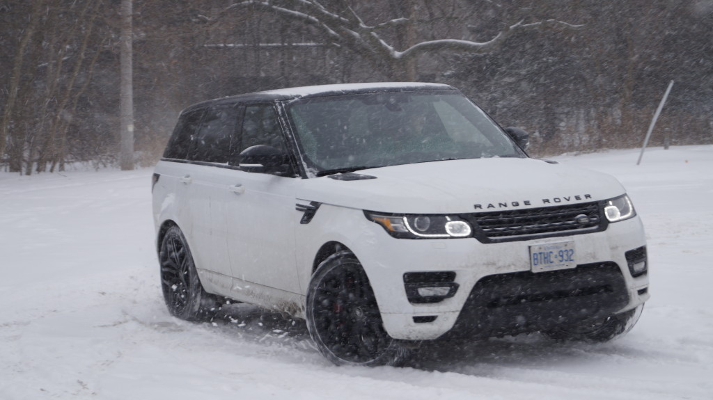 No matter how the surface is, Range Rover is able to transmit power to the four wheels effectively.