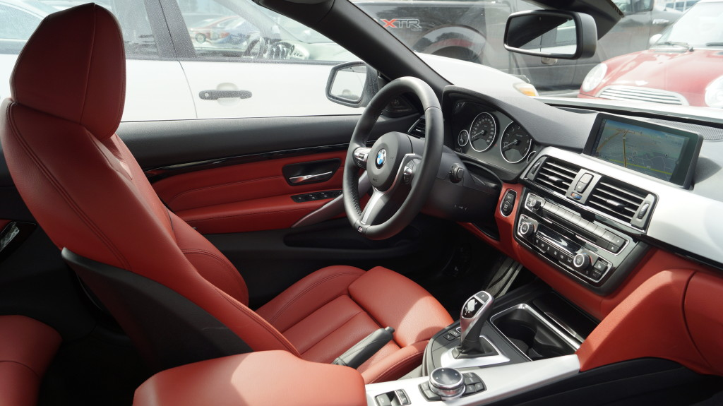 Th Coral Read Dakota leather fits well to the sporty character and the white exterior of the BMW.